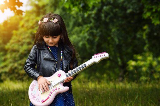 instrumento infantil, niña tocando guitarra